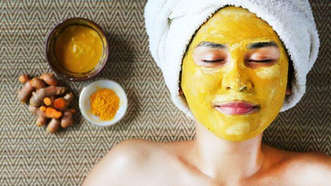 Zlatá-pleťová-maska-pro-omlazení-–-potřebovat-budete-pouze-domácí-ingredience-678x381