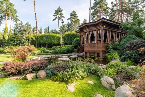 altán v zahradě