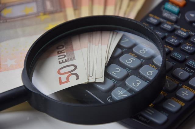 kalkulačka a peníze pod lupou