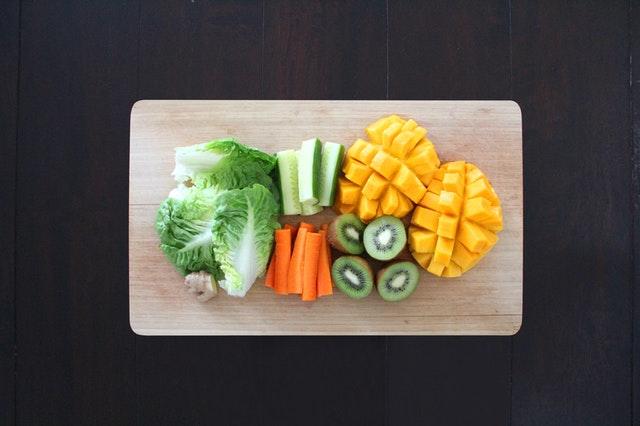 dřevěné prkénko, ovoce, zelenina